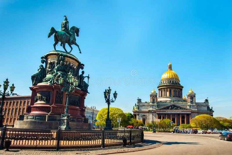 圣徒以撒的大教堂和纪念碑对皇帝尼古拉一世 图库摄影