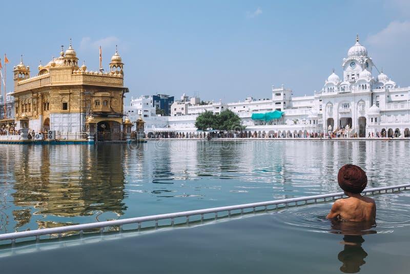 圣徒水池的锡克教徒的香客在金黄寺庙,阿姆利则 免版税库存图片