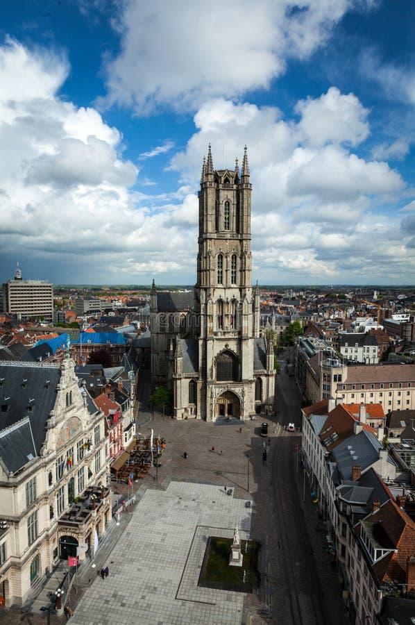 圣徒Bavo大教堂和Sint-Baafsplein,从钟楼的看法。Ghen 免版税图库摄影