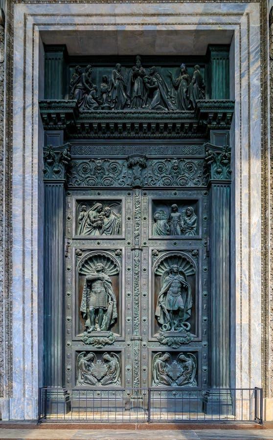 圣徒Isaac& x27的大古铜色门的华丽细节;s东正教大教堂在圣彼德堡,俄罗斯 免版税库存图片