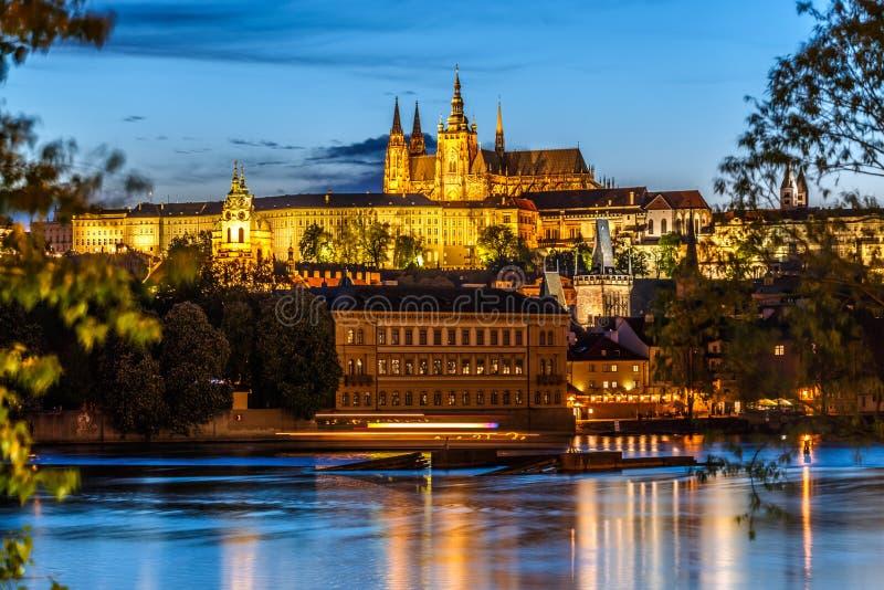 圣徒Vitus大教堂和伏尔塔瓦河河在晚上点燃,布拉格 免版税库存图片