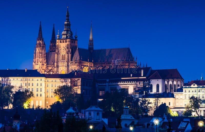 圣徒Vitus大教堂,布拉格微明视图 库存照片