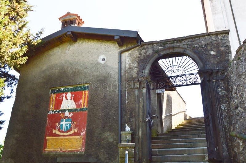 圣所Santuario della玛丹娜della Ceriola的门面在湖的Iseo,意大利蒙泰伊索拉 免版税图库摄影