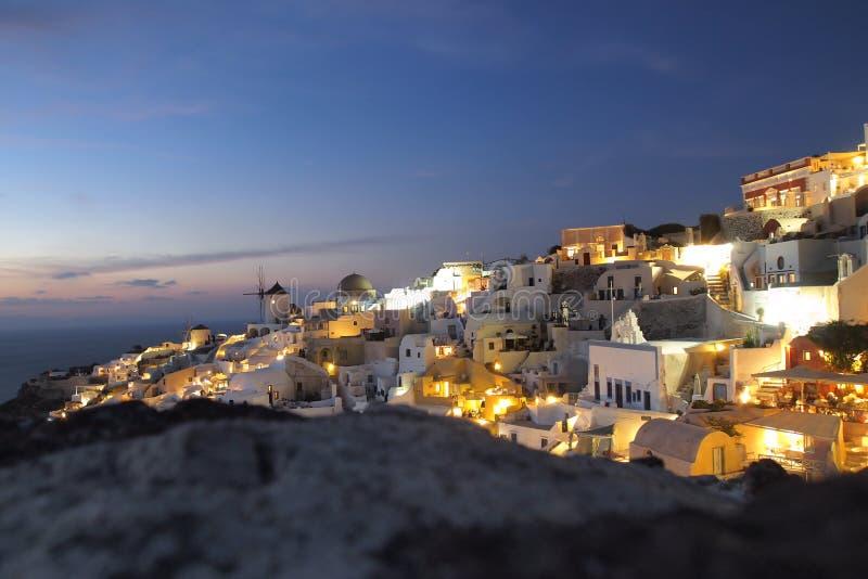 圣托里尼希腊与海洋的夜视图 免版税库存图片