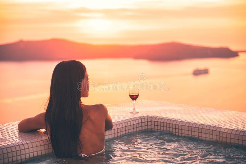 圣托里尼浴盆极可意浴缸水池妇女-健康在豪华撤退的温泉概念-高端花梢生活方式目的地 库存照片