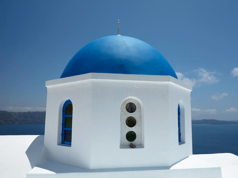 圣托里尼海岛希腊-美丽的典型的蓝色圆顶教会和 免版税图库摄影