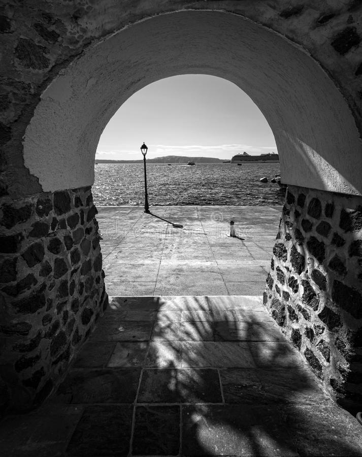 圣托里尼海岛的街道  希腊 黑色白色 库存照片