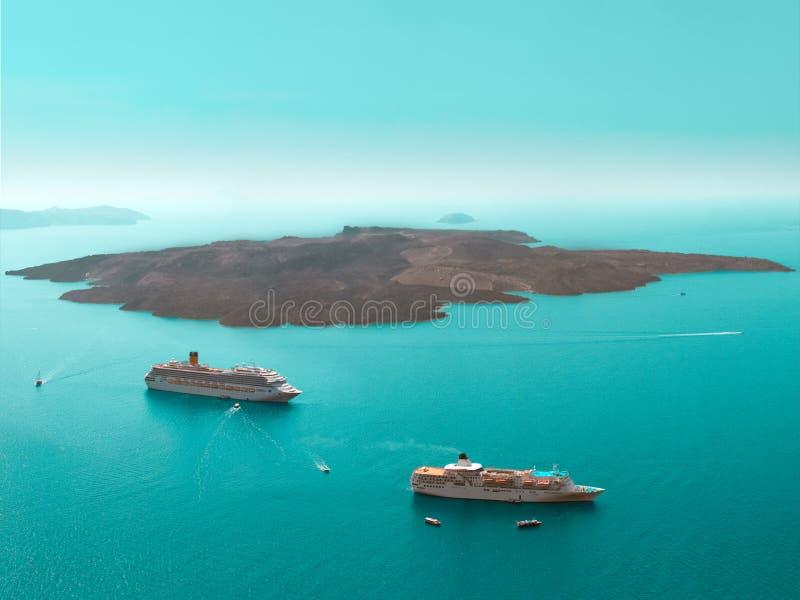 圣托里尼镇Oia希腊,水和土地,看法从上面 库存图片