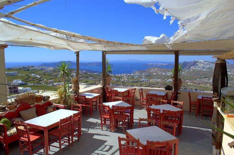 圣托里尼风景看法从咖啡馆的 库存图片