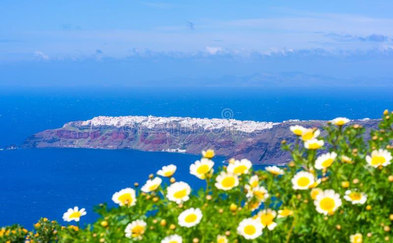 圣托里尼风景- Oia遥远的看法横跨爱琴海的 免版税库存照片