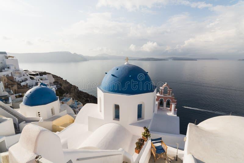 圣托里尼,希腊- 2018年5月:传统东正教蓝色圆顶教会在一个晴朗的夏日 基克拉泽斯海岛,希腊 库存照片