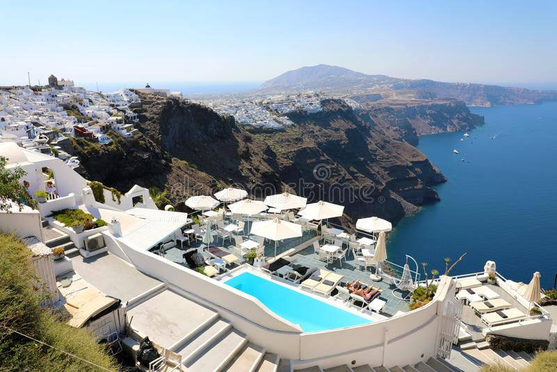 圣托里尼,希腊- 2018年7月19日:圣托里尼海岛晴朗的早晨视图  著名希腊豪华旅馆美丽如画的夏天视域  库存图片