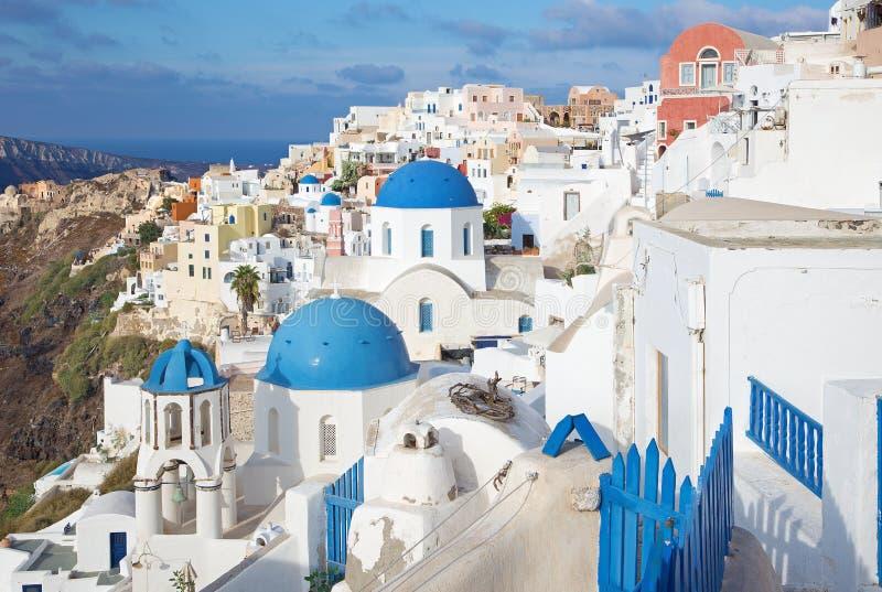 圣托里尼-对典型地蓝色教会圆屋顶的神色在Oia 免版税库存图片