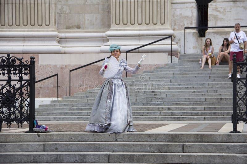 圣斯蒂芬大教堂的门廊的街道女演员  免版税库存照片