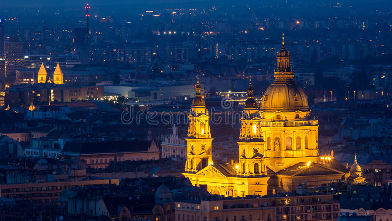 圣斯蒂芬` s教会在布达佩斯在晚上 图库摄影
