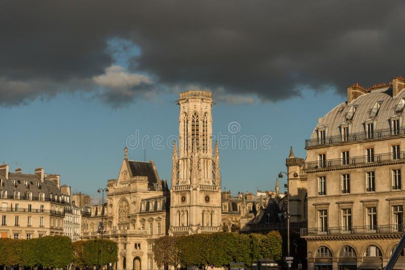 圣日尔曼队l ` Auxerrois教会在日落的巴黎 库存照片