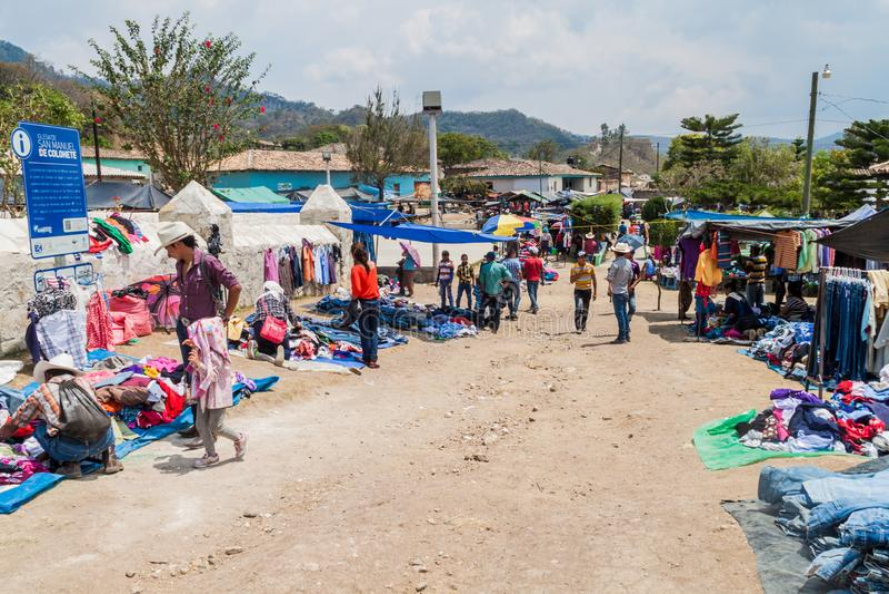 圣曼努埃尔DE COLOHETE,洪都拉斯- 2016年4月15日:当地土著人民在市场上 有一个大市场在这中 免版税库存照片