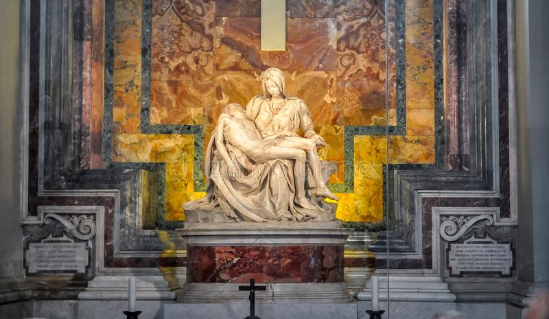 圣母怜子图母亲玛丽和耶稣基督雕塑在圣皮特圣徒・彼得的大教堂米开朗基罗 免版税库存照片
