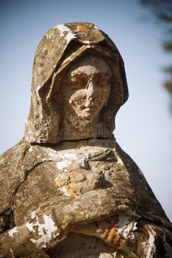 圣母玛丽亚古色古香的雕象的片段  宗教、信念和基督教概念 免版税库存图片