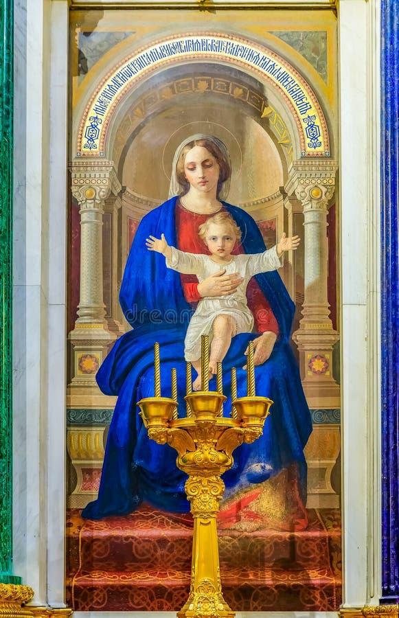 圣母玛丽亚和小耶稣五颜六色的马赛克象在圣徒以撒的东正教大教堂里在圣彼德堡,俄罗斯 免版税图库摄影
