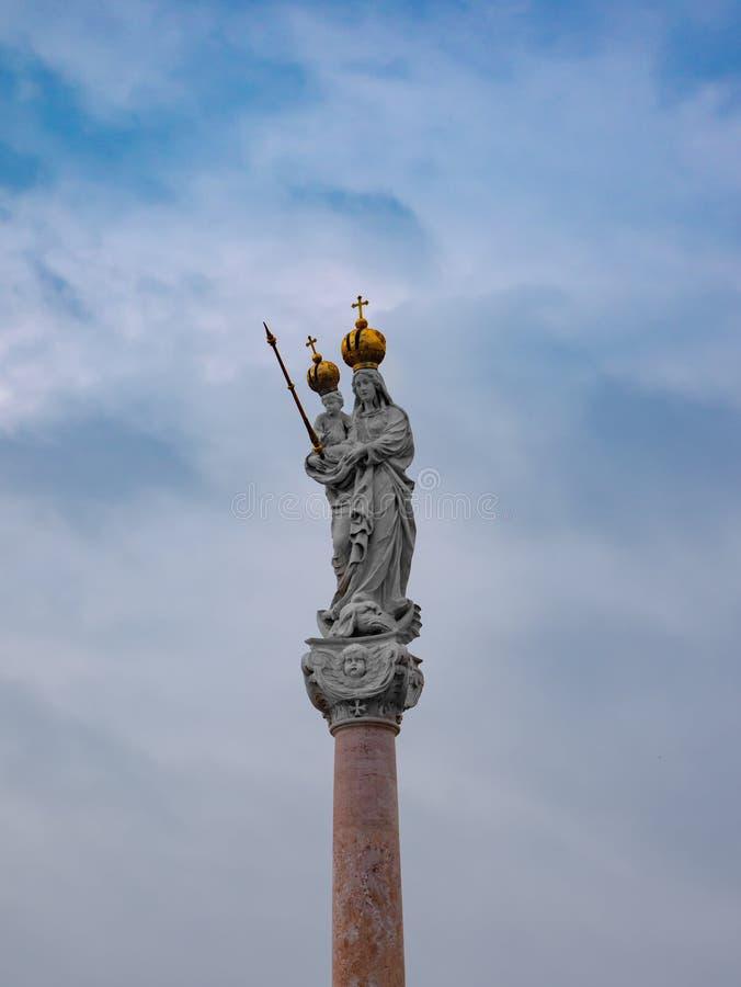 圣母玛丽亚和小耶稣的专栏在杰尔匈牙利大广场  免版税库存照片