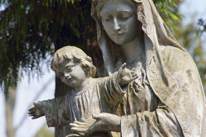 圣母玛丽亚和耶稣基督雕象  库存图片