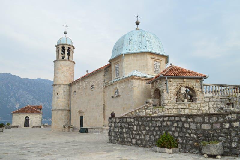 圣母玛丽亚天主教堂我们的夫人的在科托尔,黑山海湾的岩石小岛的  库存图片