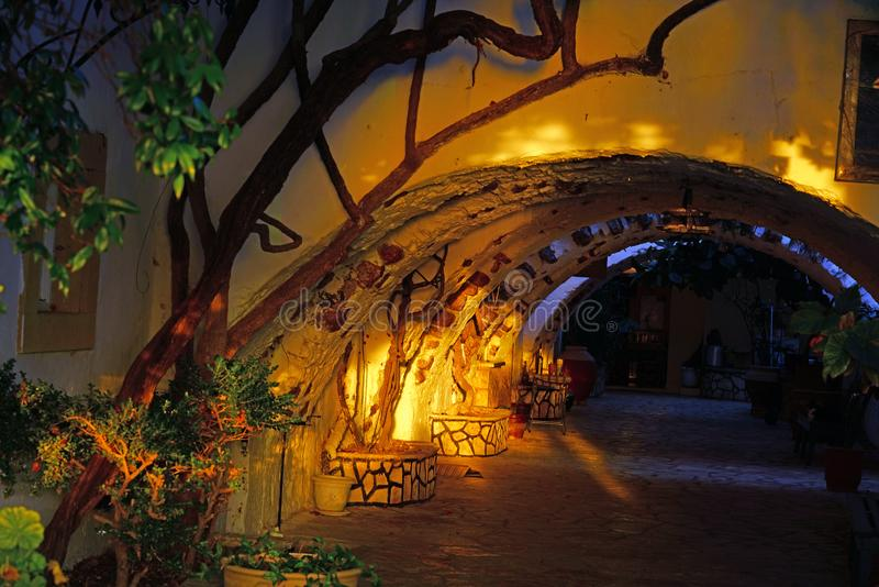 圣母玛丽亚的修道院的一个内在庭院的看法日落的 库存照片