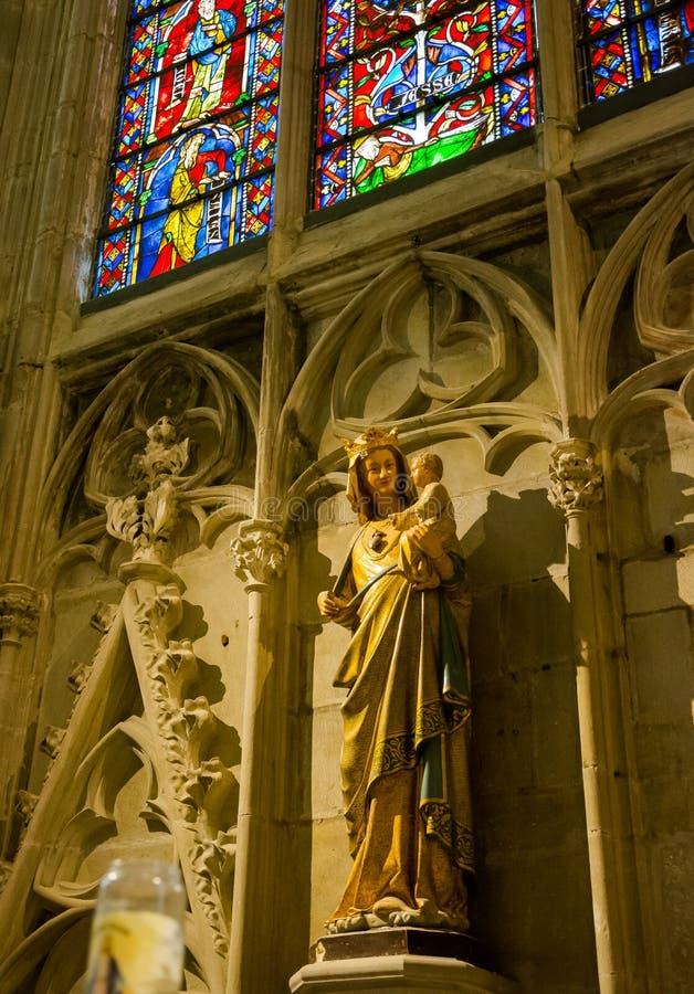 圣母玛丽亚的雕塑有孩子的耶稣和被弄脏的Gl 免版税图库摄影