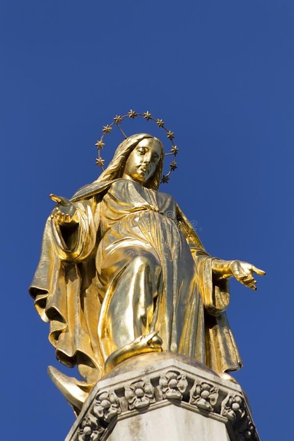 圣母玛丽亚金黄staue  库存图片