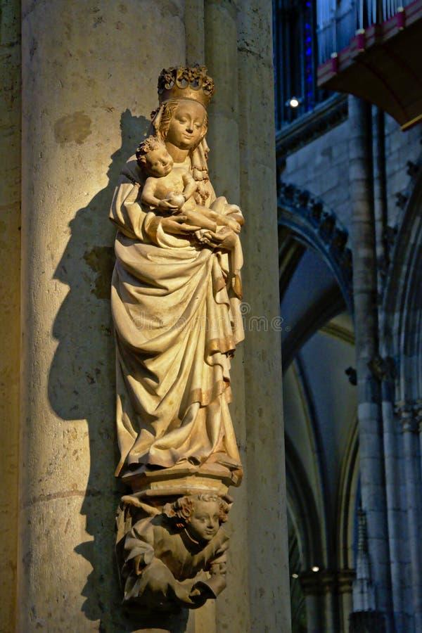 圣母玛丽亚雕象和科隆大教堂的耶稣 免版税图库摄影