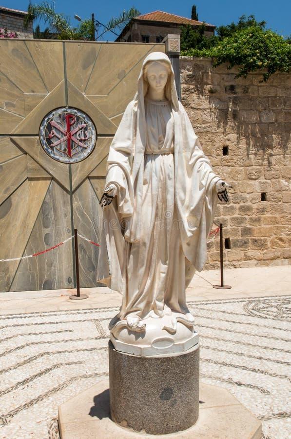 圣母玛丽亚雕象在通告的大教堂的旁边我 库存照片