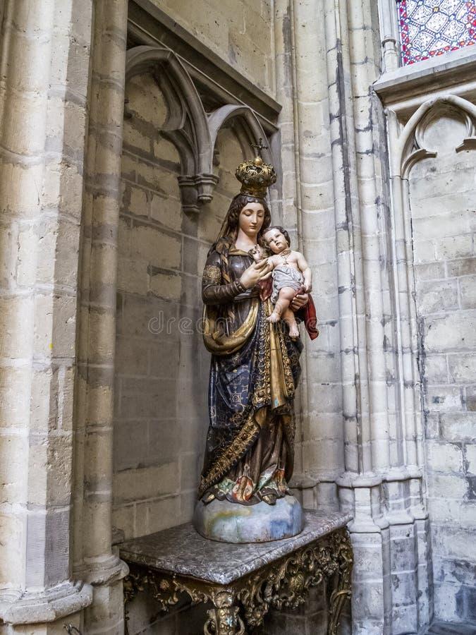 圣母玛丽亚雕象有孩子的圣迈克尔和圣Gudula大教堂的在布鲁塞尔,比利时 免版税库存图片