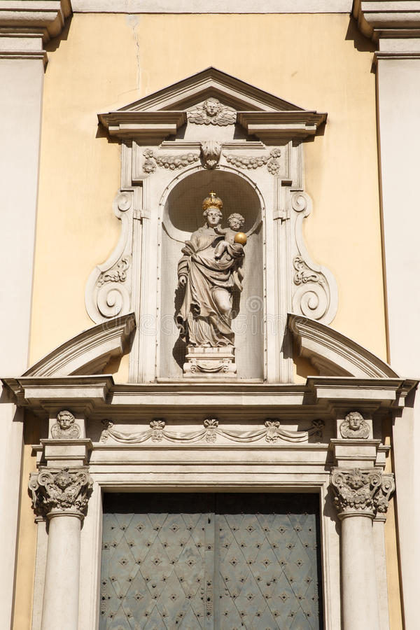 圣母玛丽亚雕象有托拜厄斯创造的孩子的上面Kracker 免版税库存图片