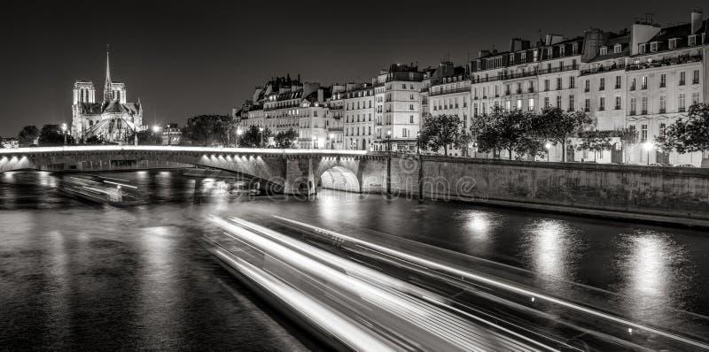 巴黎圣母院和Ile圣路易在白色的晚上黑&,巴黎,法国 免版税库存照片