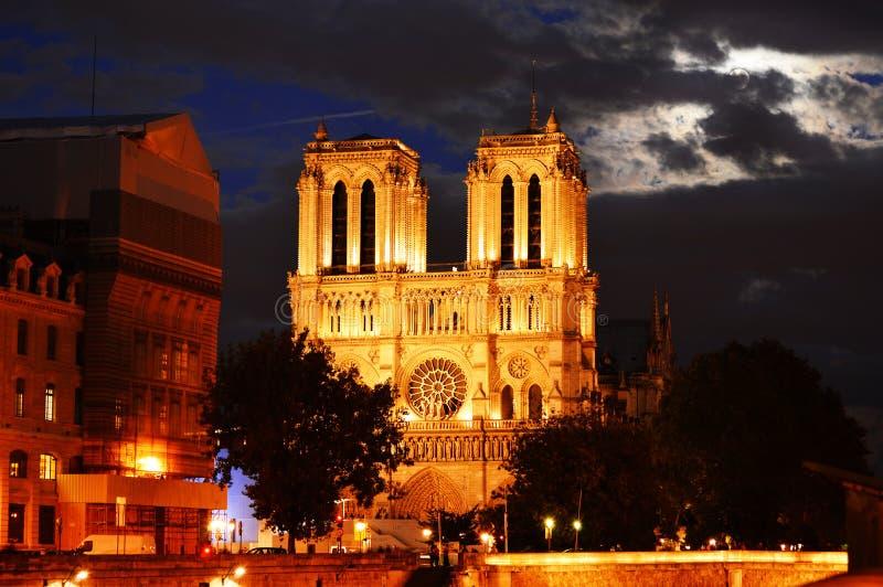 巴黎圣母院在巴黎,在日落以后的法国 库存照片