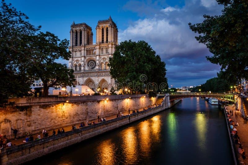巴黎圣母院大教堂和塞纳河在晚上 免版税库存图片