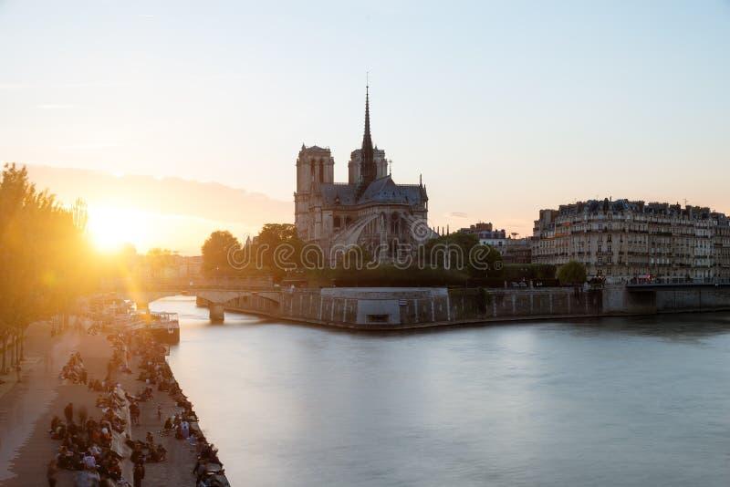 巴黎圣母院大教堂和日落的塞纳河 同水准 免版税图库摄影