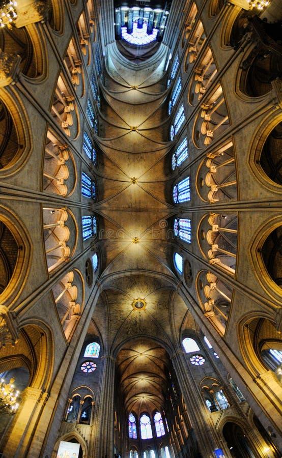 巴黎圣母院,一个历史的宽容大教堂内部看法认为其中一个最美好的例子的法国哥特式 免版税库存照片