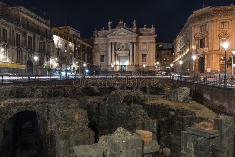 圣比亚焦教会的夜视图,在卡塔尼亚;在前景罗马圆形露天剧场的瞥见 库存图片