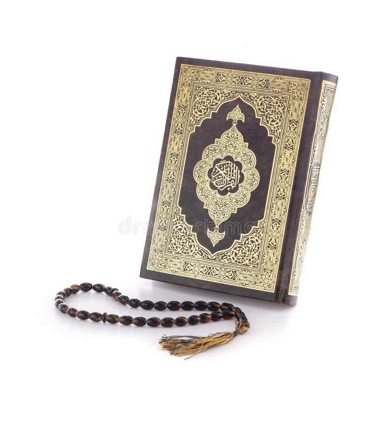 圣洁古兰经书和念珠在白色背景 免版税图库摄影
