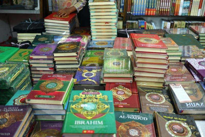 圣洁古兰经和各种各样的以伊斯兰教主题的书 免版税库存图片