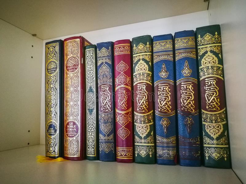 圣洁古兰经在白色书架的另外颜色预定在清真寺 免版税图库摄影