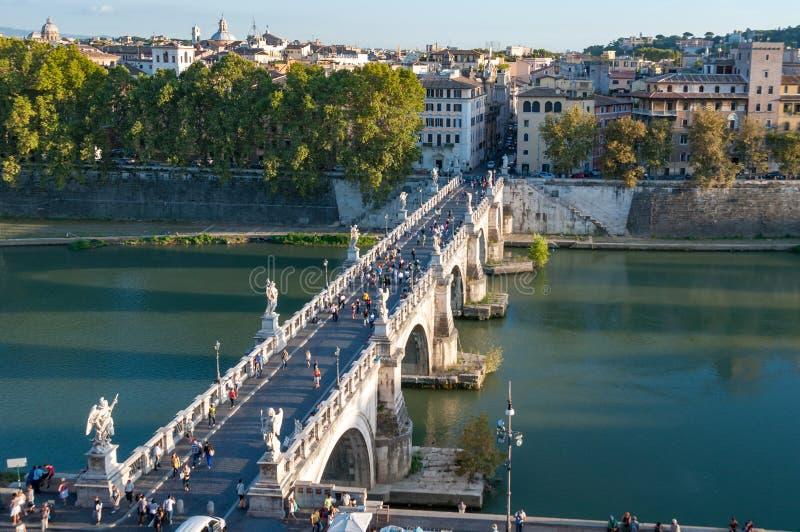 圣洁天使桥梁的城堡有人和罗马历史的中心的 库存照片