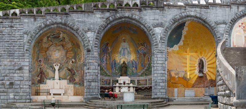 圣洁玛丽的雕塑的在卢尔德外面,法国玫瑰圣殿  免版税库存图片