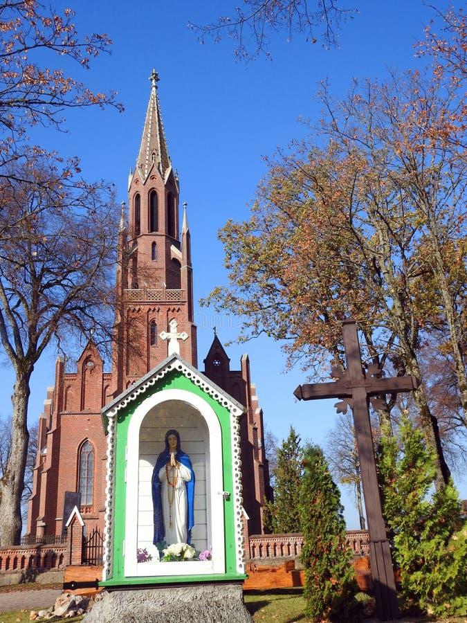 圣洁玛丽雕象和天主教会,立陶宛 免版税库存图片