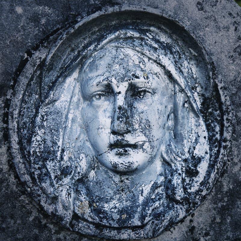 圣洁的贞女玛丽古色古香的雕象的片段  宗教、信念、痛苦和爱概念 免版税库存照片