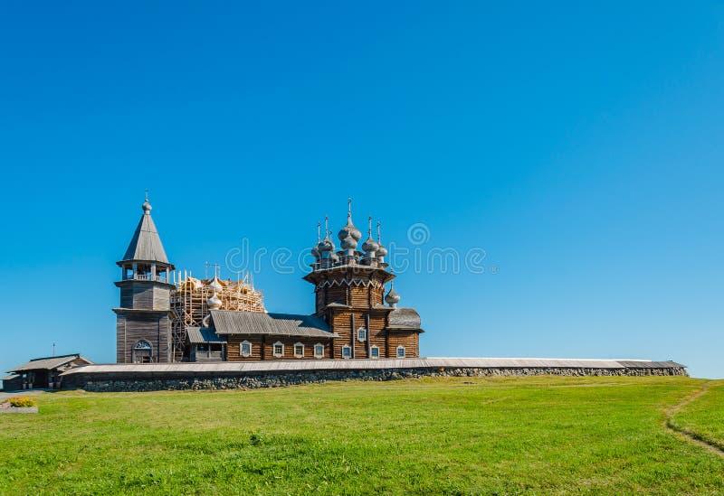 圣洁的贞女的调解的老木东正教在基日岛,卡累利阿,俄罗斯海岛上的  教会是 库存照片