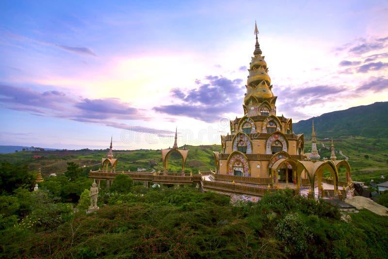 圣洁遗物塔在Wat Phra Thart Pha Kaew 那是寺庙地标在Khao Kho, Phetchabun泰国 库存照片