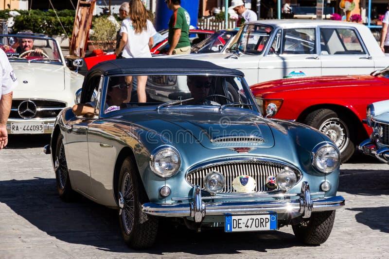 圣港斯特凡诺,意大利- 2012年6月23日:交付桃莉葡萄酒汽车 库存照片